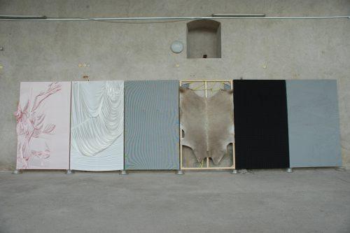 """AUSSENFUTTER"" Forum Kunst Rottweil 2010 Material: Stoff/ Seide/, Stierfell, Gummi Keilrahmen 250 x 770 cm"