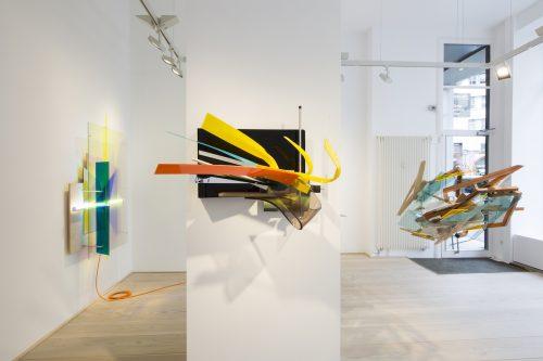Sebastian Kuhn, Display Devices XVIII, 2017, Stahl lackiert, Acrylglas, Spiegel, Mehrschichtplatte, Sprühlack, Edelstahl, Schrauben, 90 x 70 x 70 cm